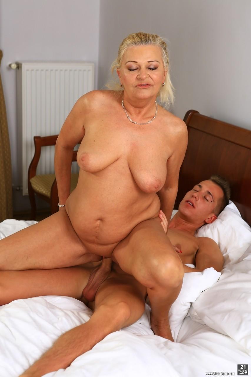 Сын осчастливил мамочку в постели. Фото - 14