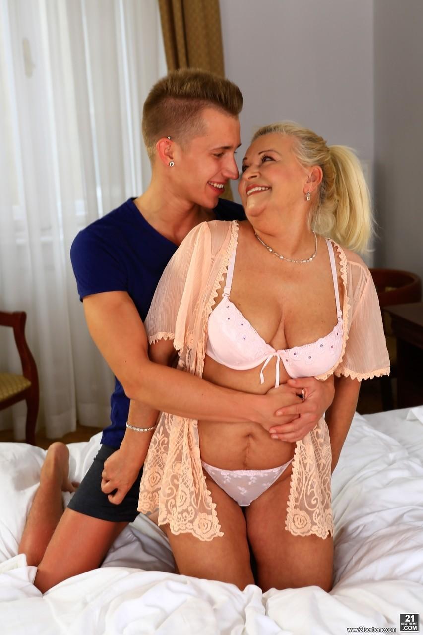 Сын осчастливил мамочку в постели. Фото - 2