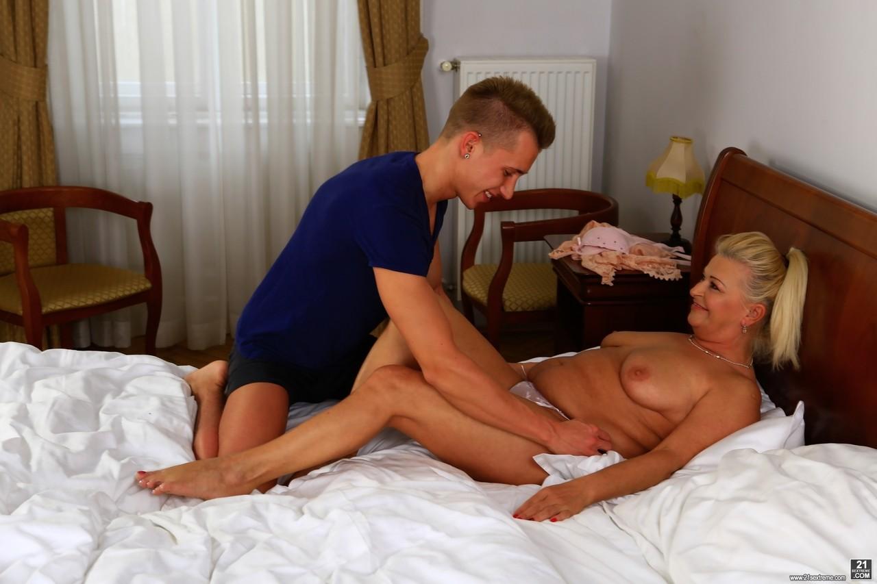 Сын осчастливил мамочку в постели. Фото - 6
