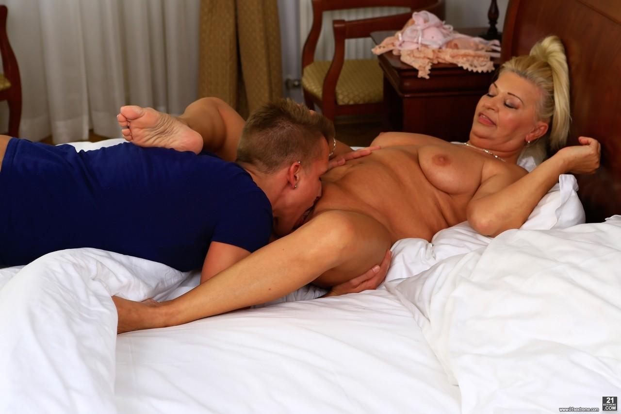Сын осчастливил мамочку в постели. Фото - 7