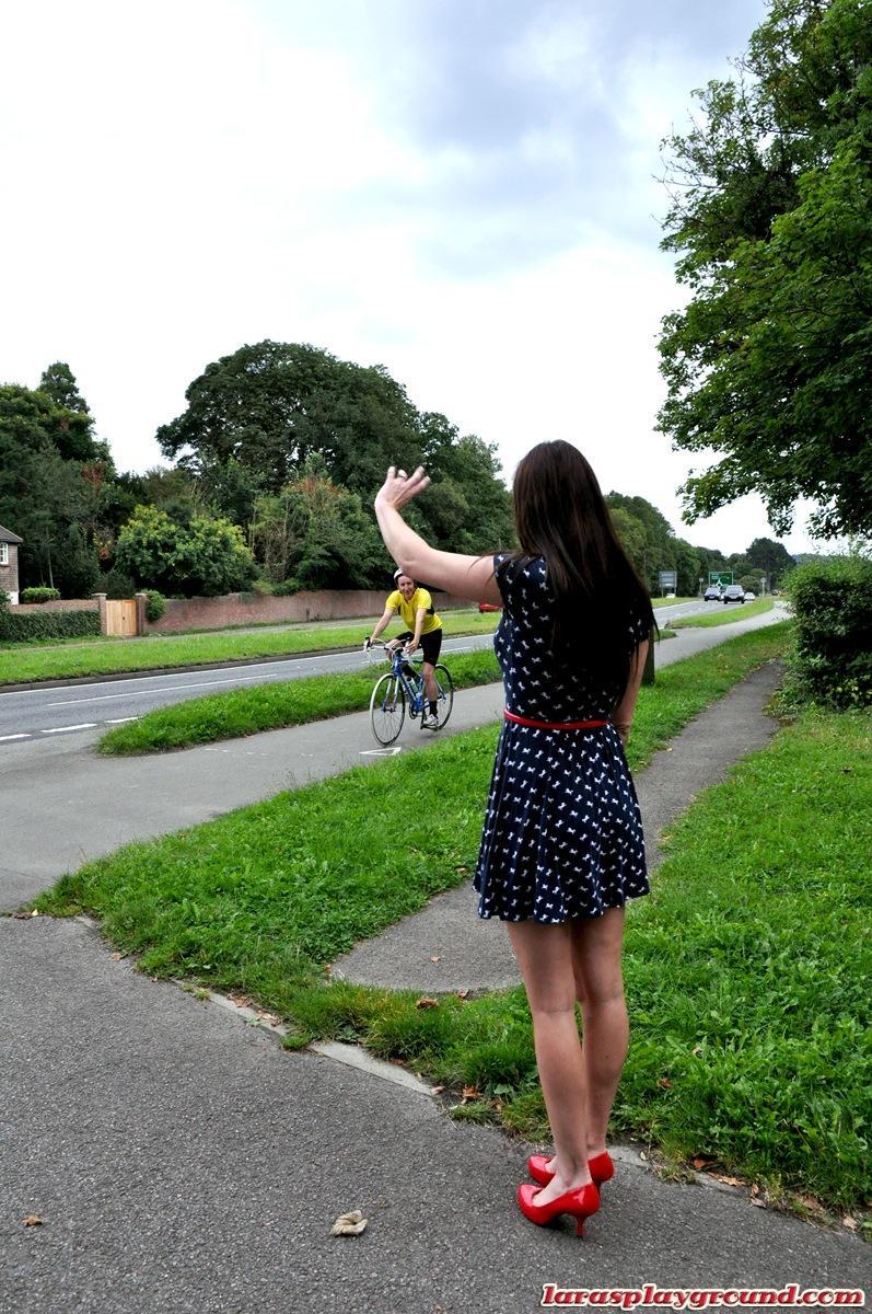 Laras Playground трахается в велосипедистом в жопу. Фото - 1