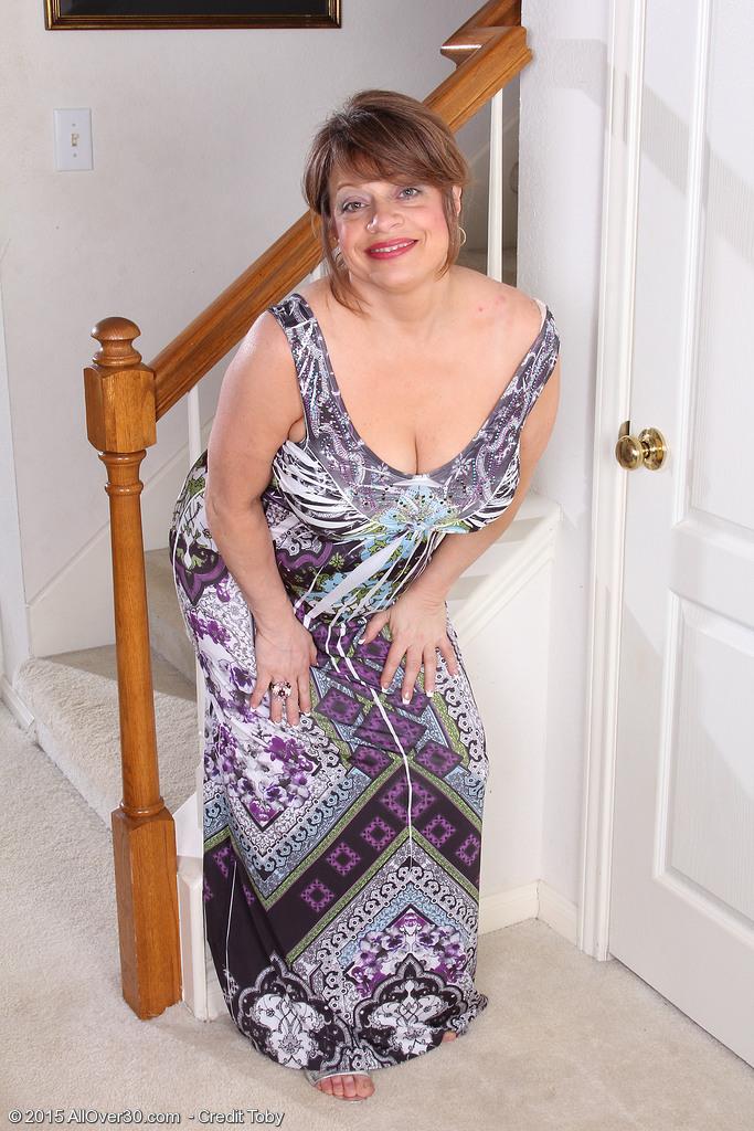Стриптиз пятидесятилетней в домашней обстановке. Фото - 1