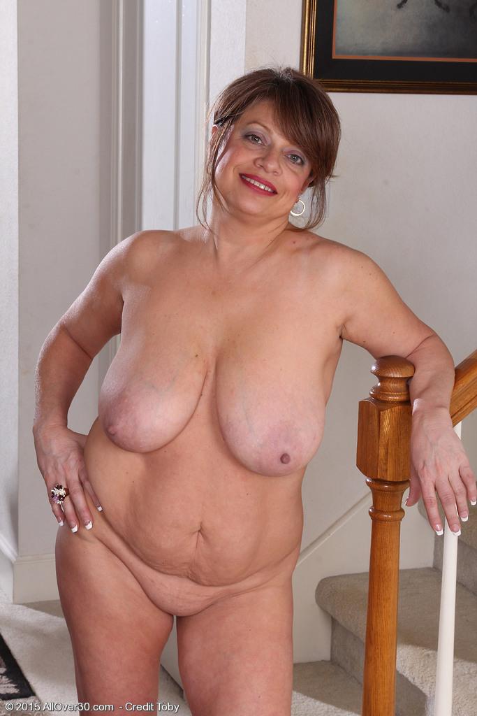 Стриптиз пятидесятилетней в домашней обстановке. Фото - 7