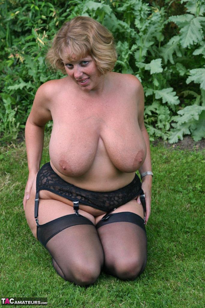 Снимки бабехи с большой грудью на природе. Фото - 11