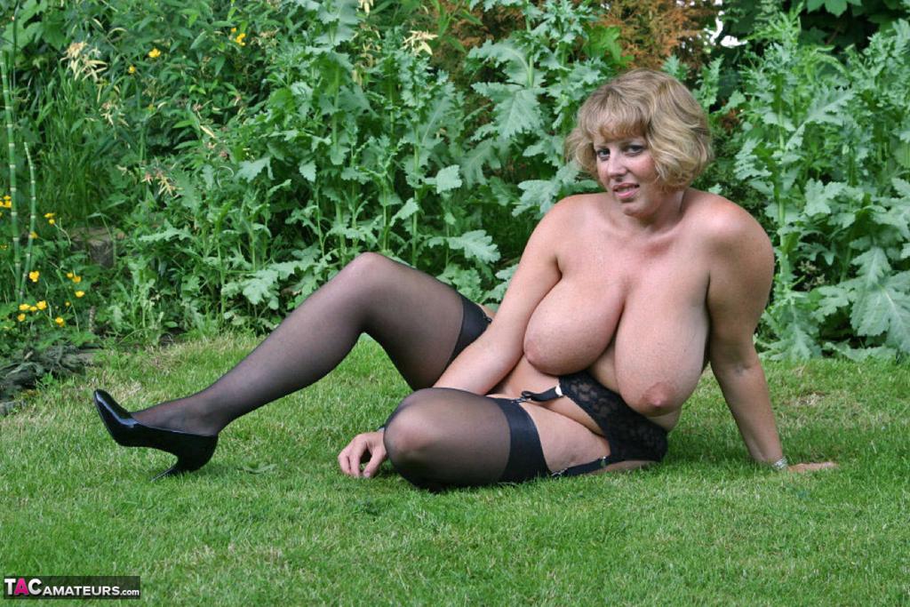 Снимки бабехи с большой грудью на природе. Фото - 13