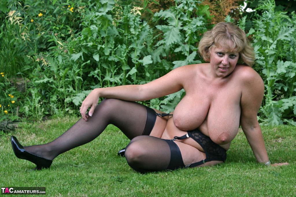 Снимки бабехи с большой грудью на природе. Фото - 14
