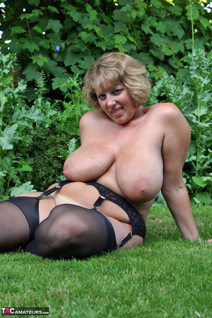 Снимки бабехи с большой грудью на природе. Фото - 17