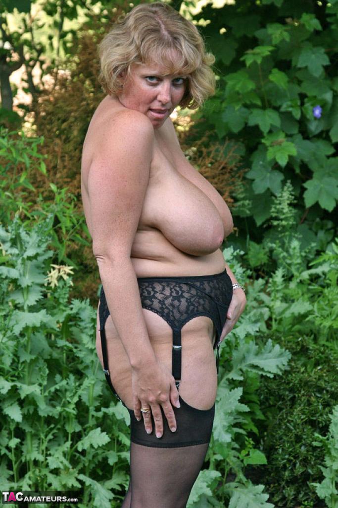 Снимки бабехи с большой грудью на природе. Фото - 2