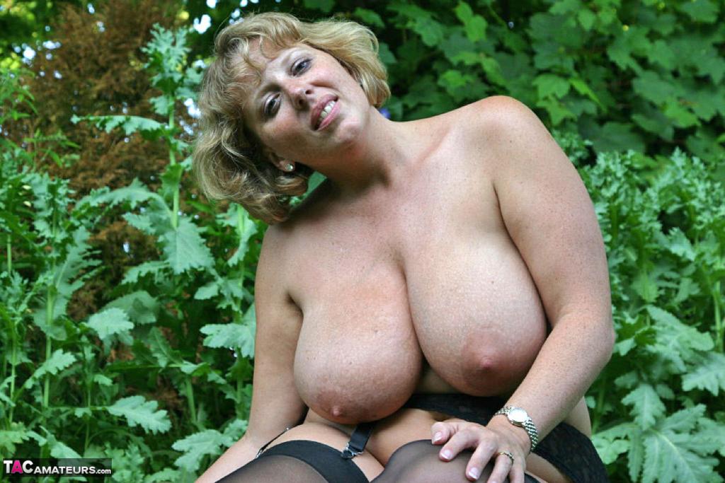 Снимки бабехи с большой грудью на природе. Фото - 20