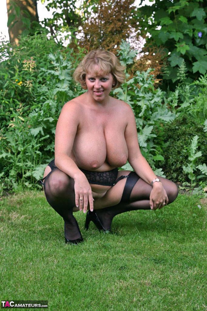 Снимки бабехи с большой грудью на природе. Фото - 6