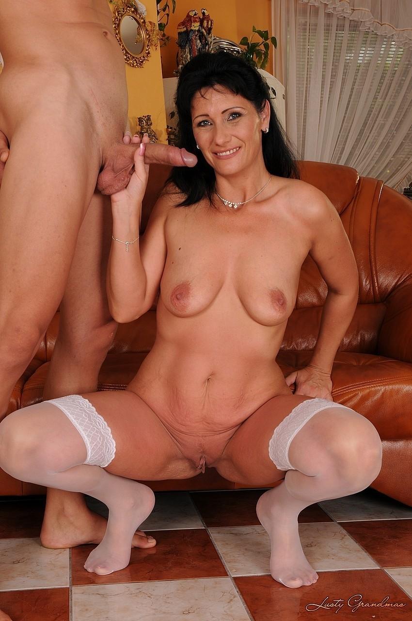 Дама в белых чулках совокупилась с юношей в пиздень на диване. Фото - 5