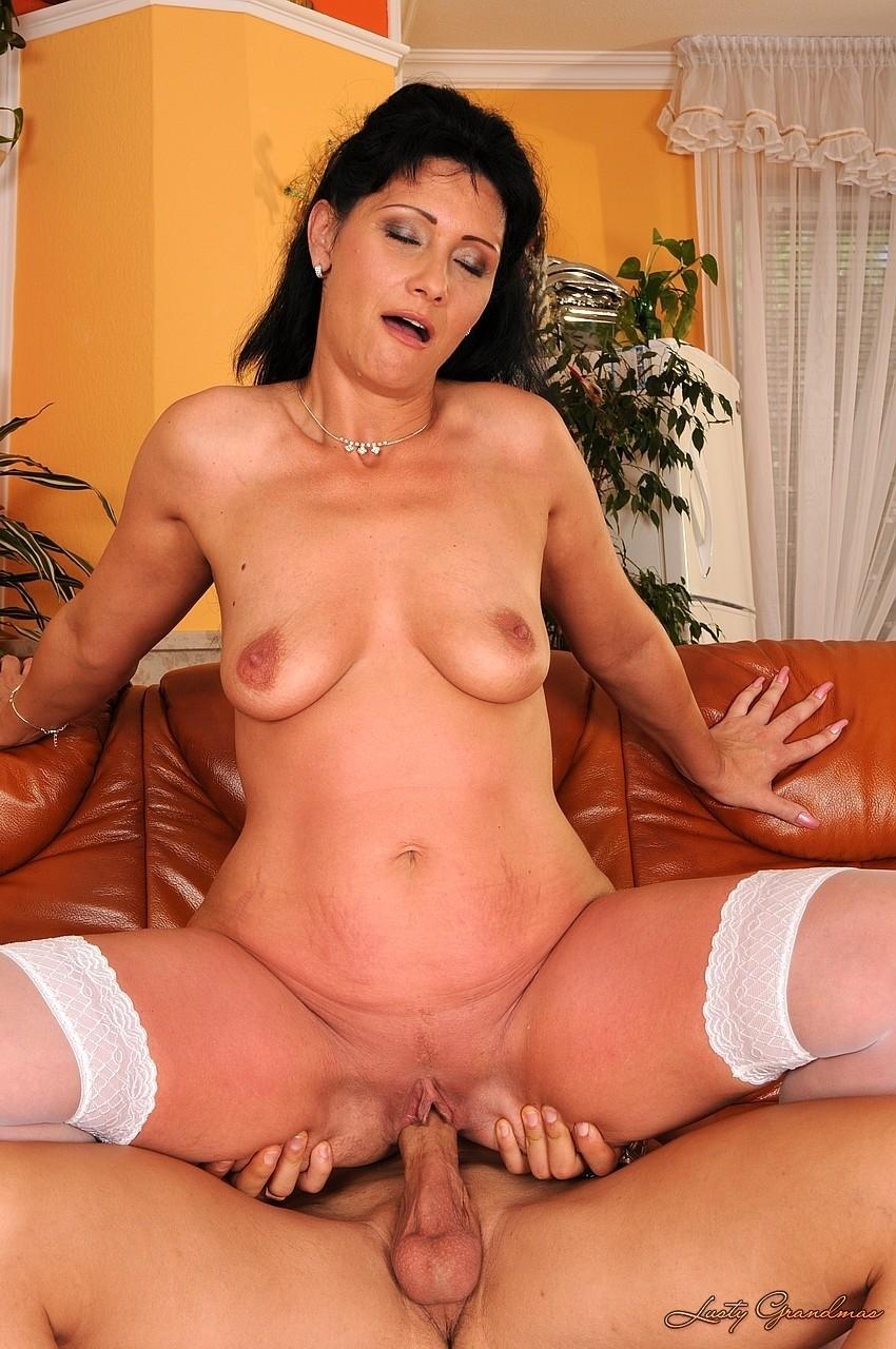 Дама в белых чулках совокупилась с юношей в пиздень на диване. Фото - 9