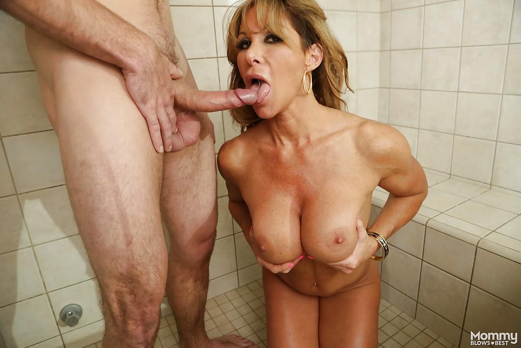 Порно мамочка отсосала молодому в душе. Фото - 6