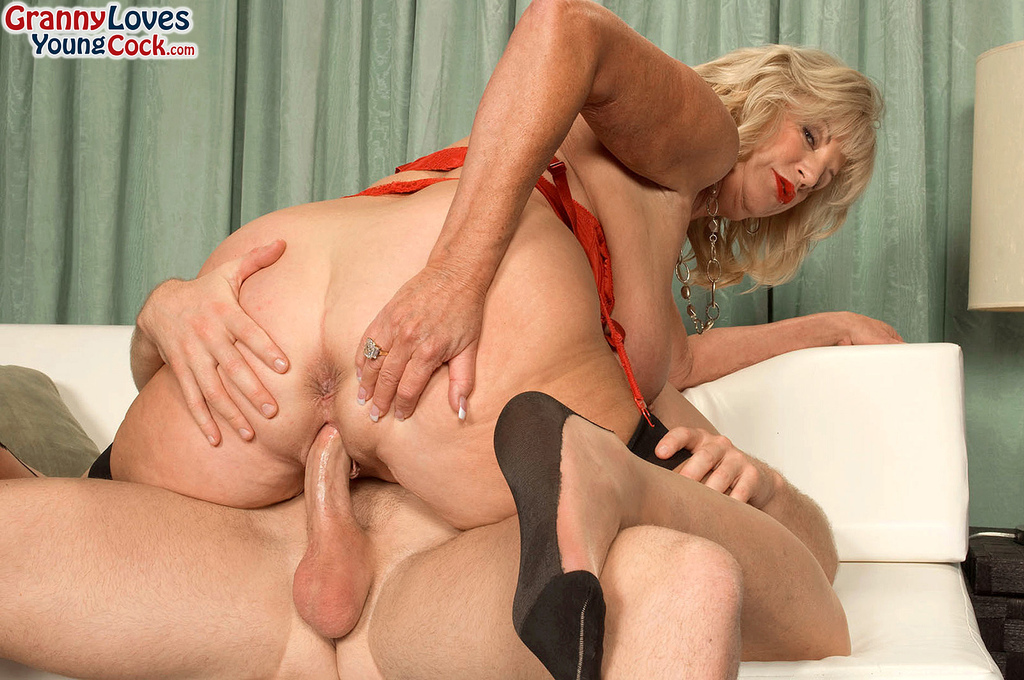 Mature women and grannies. Gallery - 587. Photo - 9