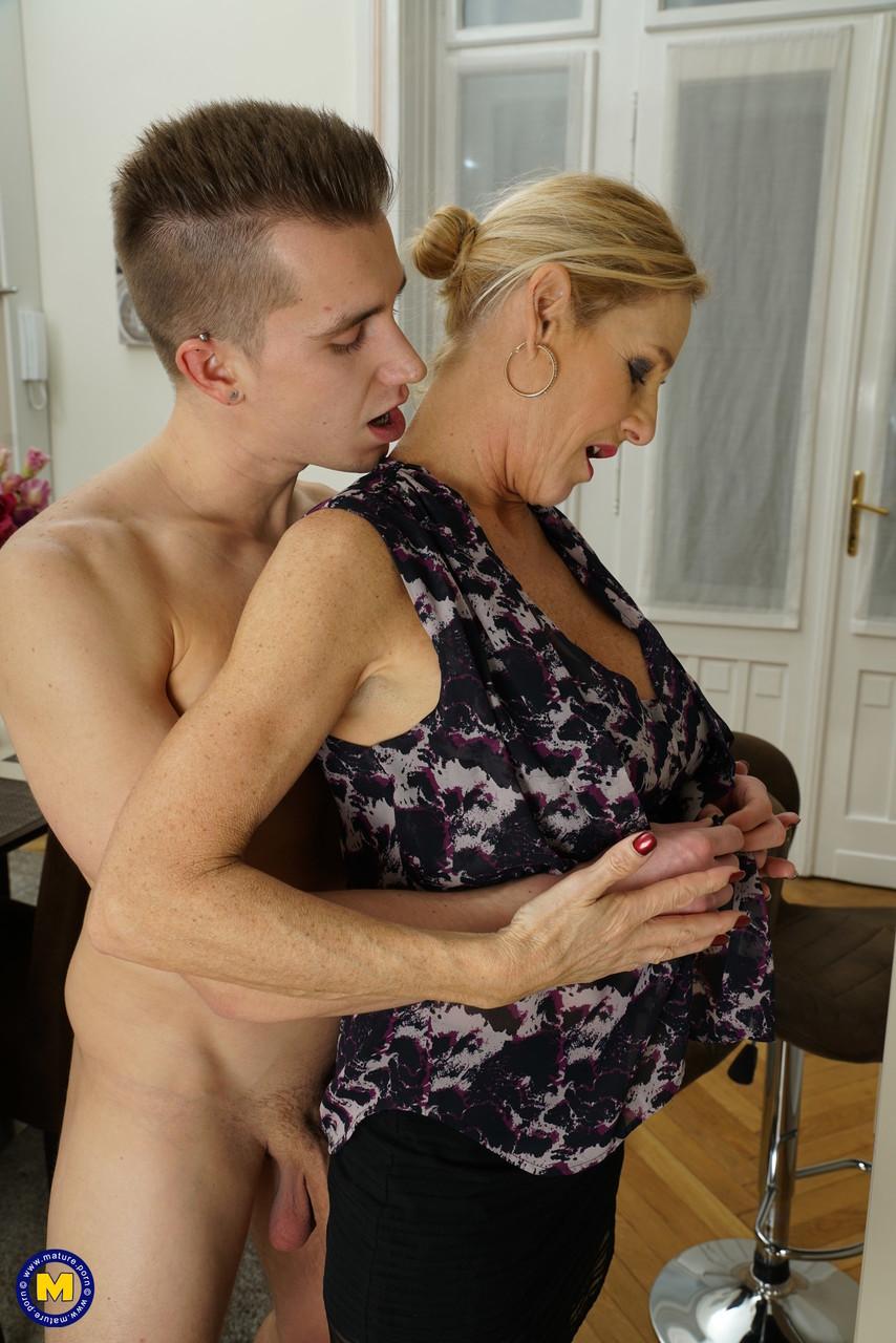Молодой хахаль жарит бабу бальзаковского возраста на кухне. Фото - 7