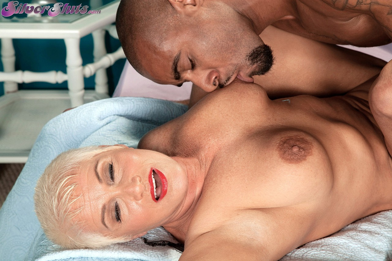 Черный мужик против пожилой блондинки