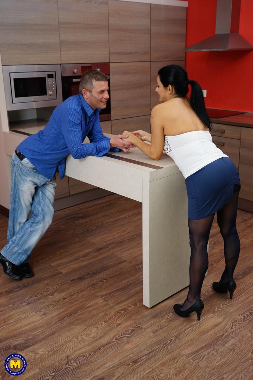 Зрелый мужик овладел супругой на кухне