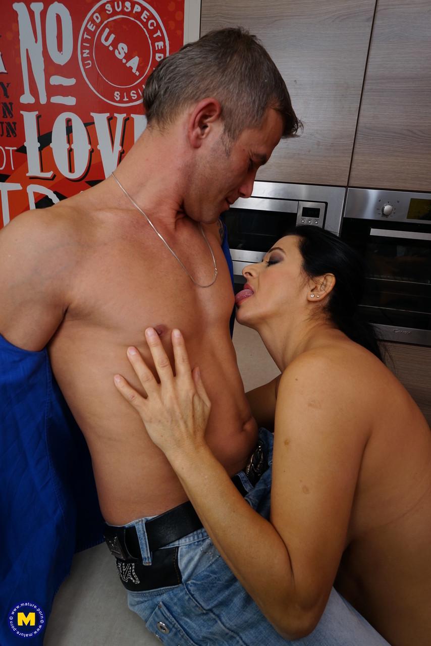 Зрелый мужик овладел супругой на кухне. Фото - 8