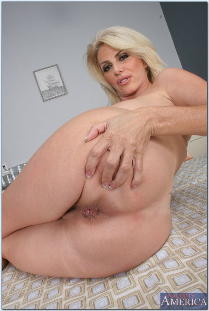 Матура с большими дойками показывает передок. Фото - 19