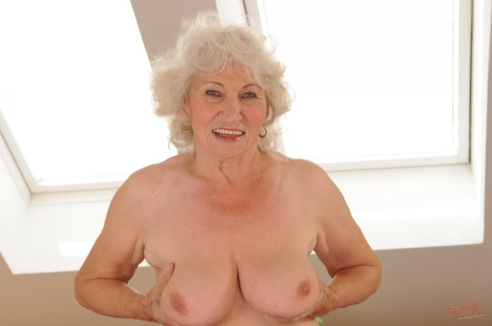 Mature women and grannies. Gallery - 96. Photo - 11