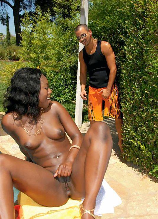 Негритянка переспала с обладателем длинного хера у бассейна. Фото - 3