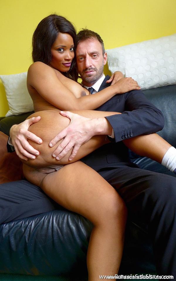 Папик вытащил стояк из штанов и жарит черную любовницу. Фото - 1
