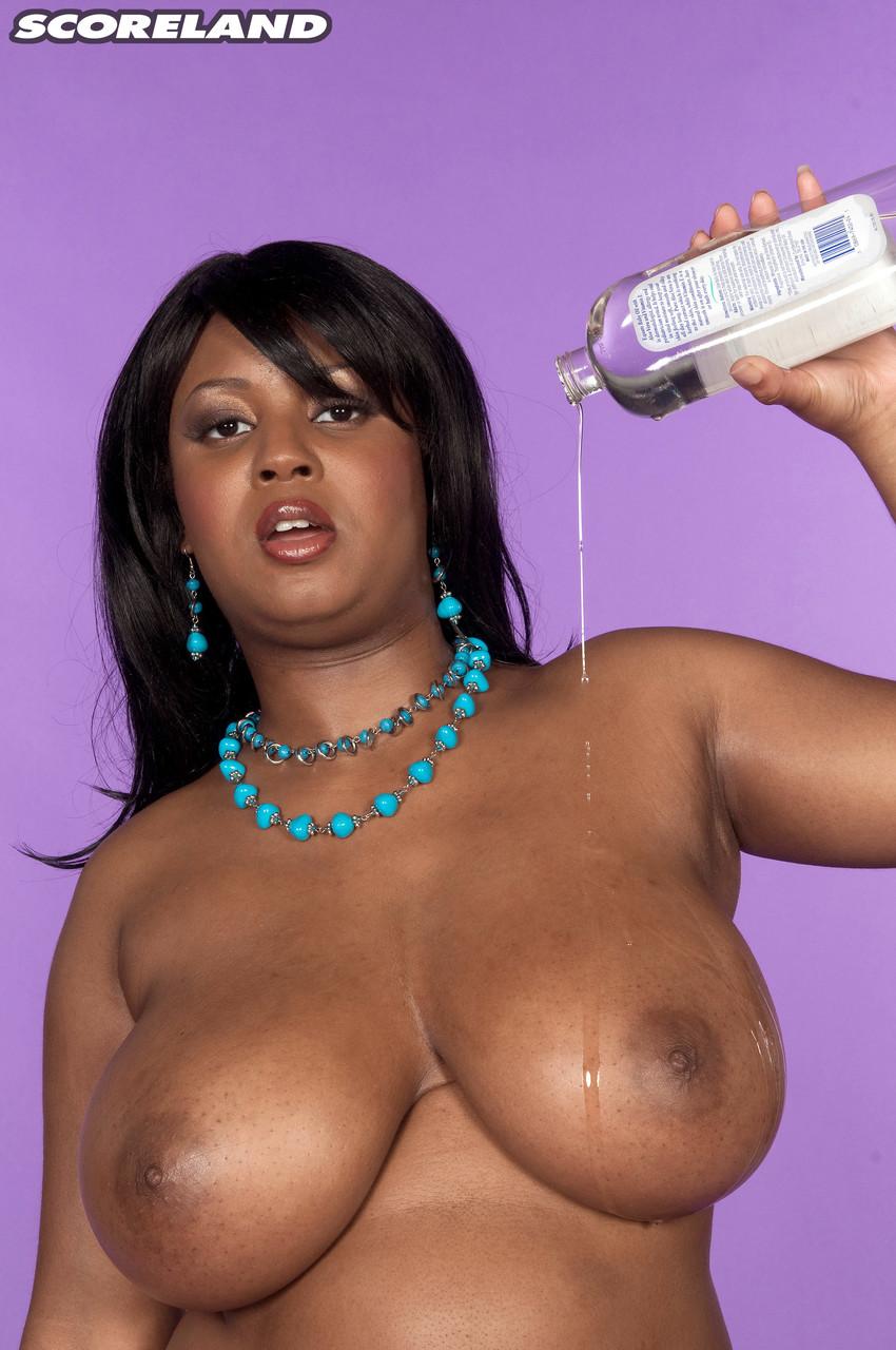 Негритянка с пышным бюстом в голом виде. Фото - 12