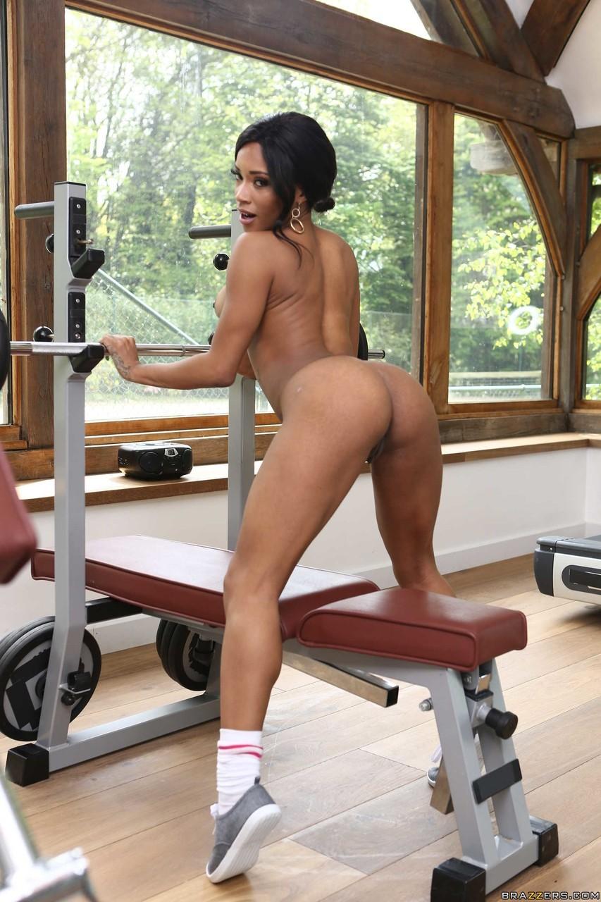 Интимные снимки черной самки в тренажерном зале. Фото - 12