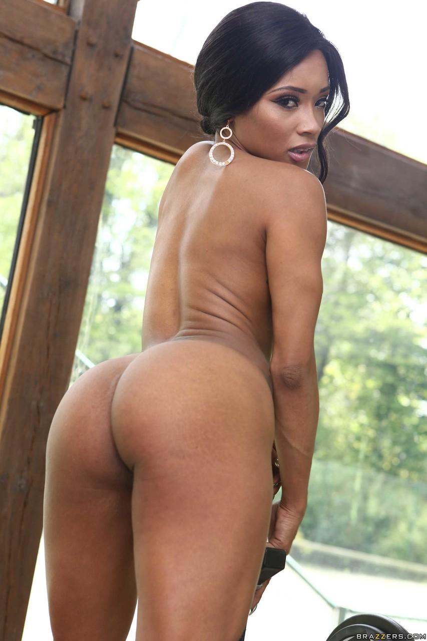 Интимные снимки черной самки в тренажерном зале. Фото - 14