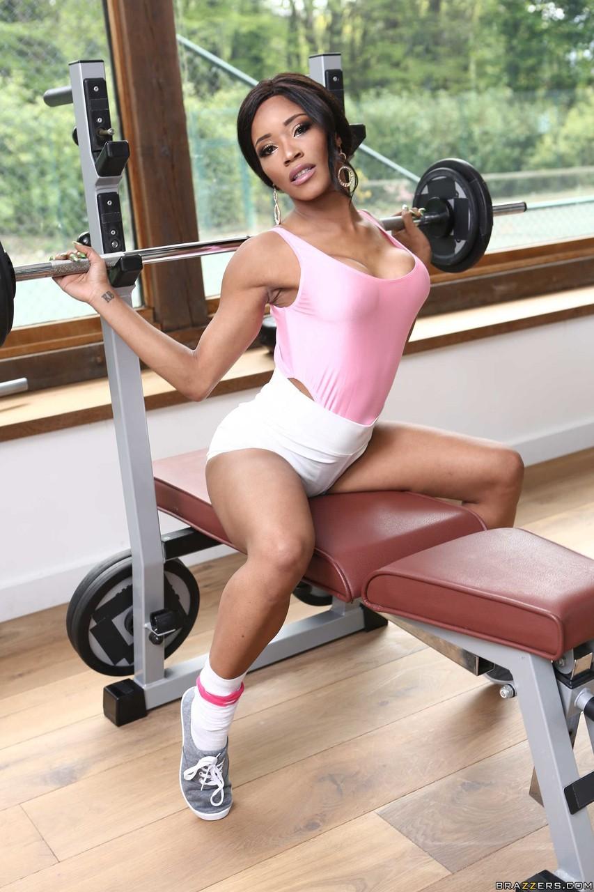 Интимные снимки черной самки в тренажерном зале. Фото - 2