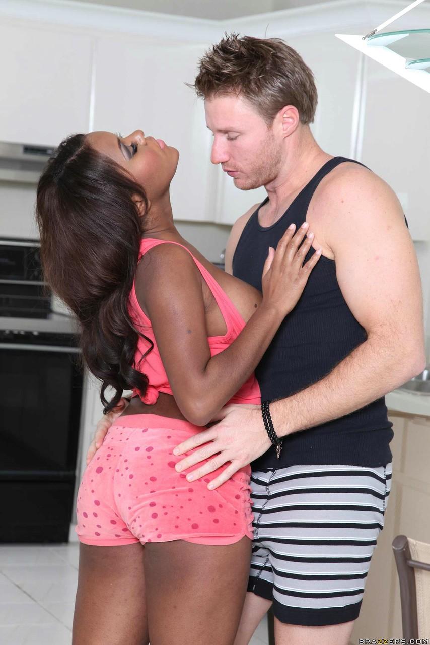 Утренний трах Леви Кэша с черной любовницей на кухне. Фото - 6
