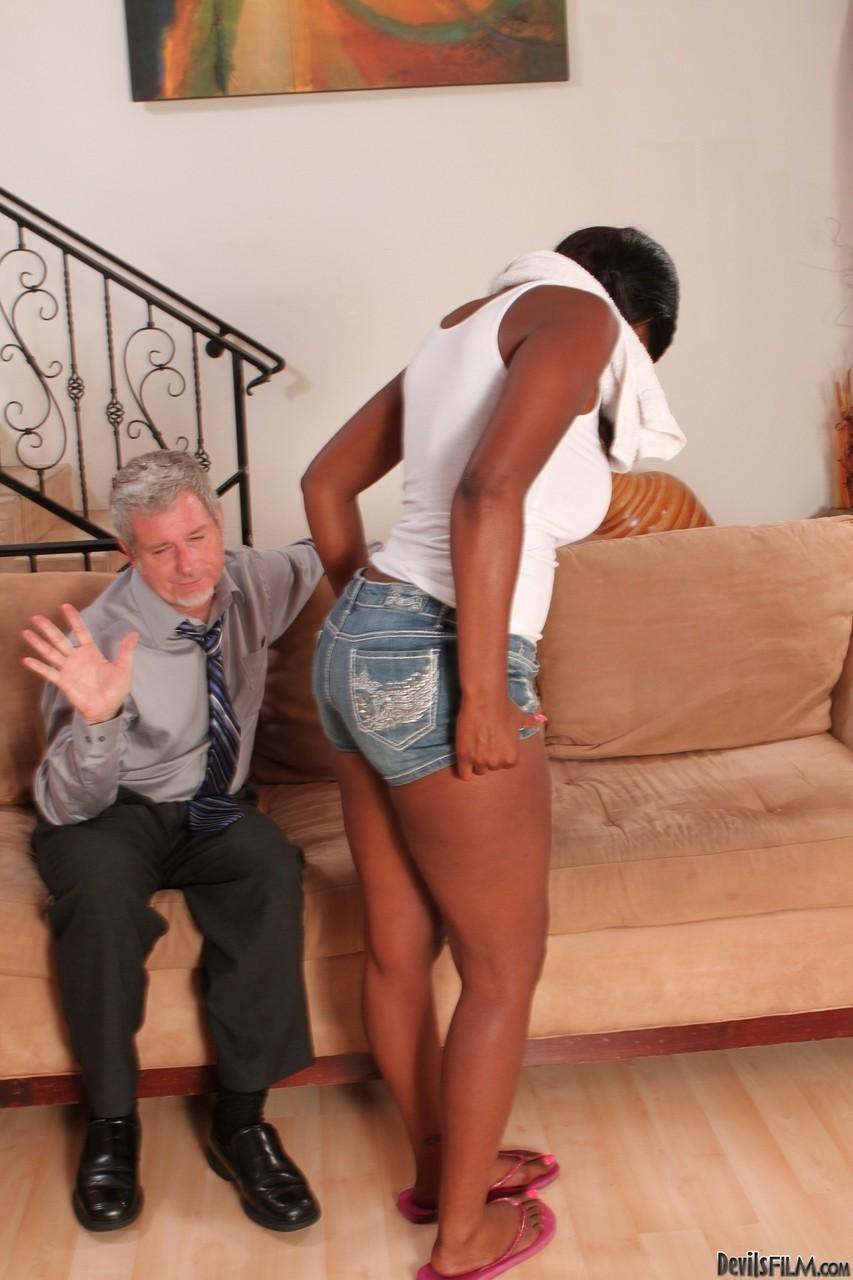 Молодая черная шлюха против пожилого кобеля. Фото - 5