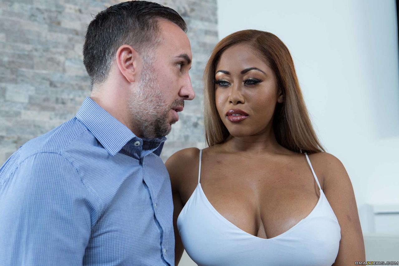 Секси негритянка среднего возрасте отдалась мужчине. Фото - 3