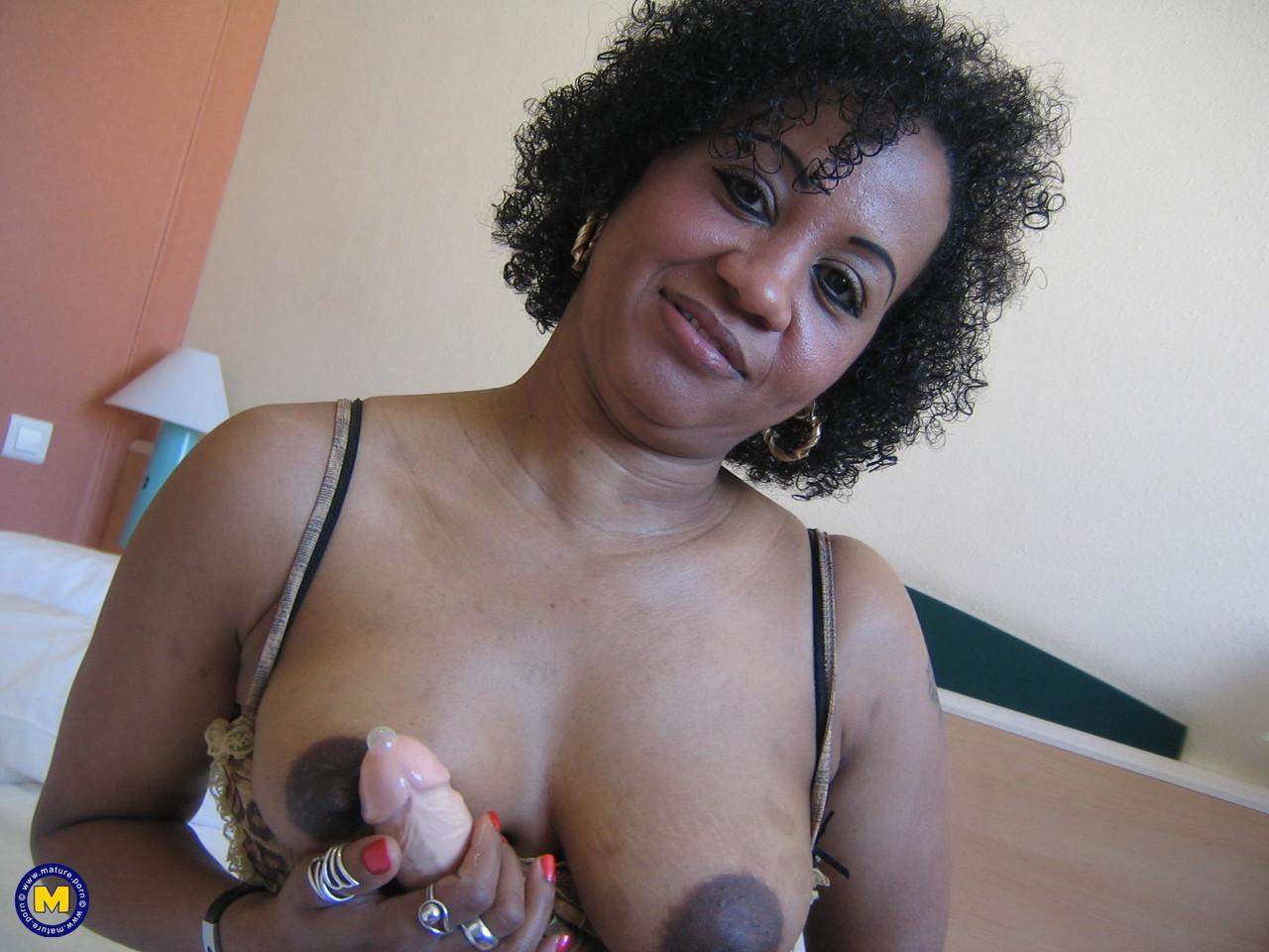 Рукоблудие негритянской бабы 50+. Фото - 17