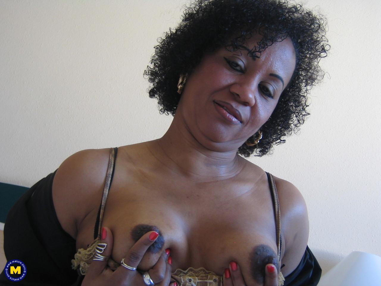 Рукоблудие негритянской бабы 50+. Фото - 2