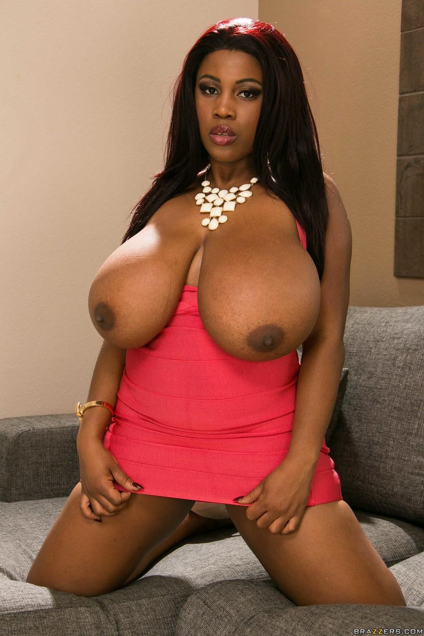 Негритянка с большими буферами на фото про стриптиз. Фото - 5