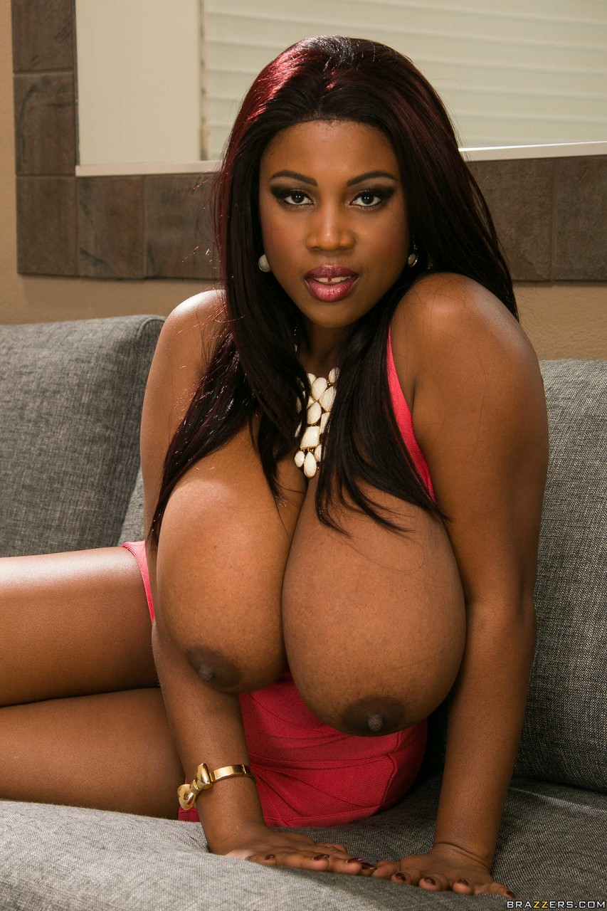 Негритянка с большими буферами на фото про стриптиз. Фото - 6