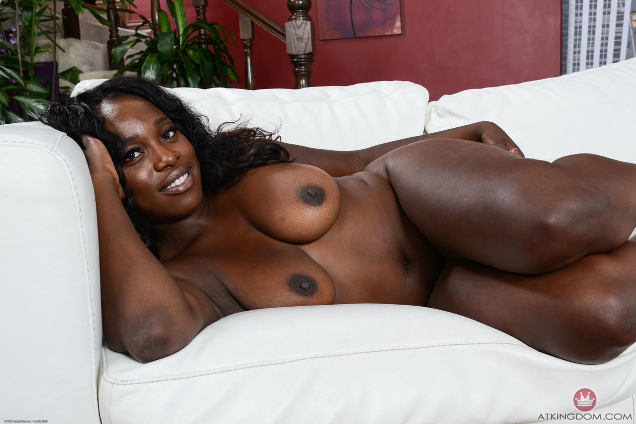 Шоколадная матура позирует неглиже на белом диване. Фото - 12