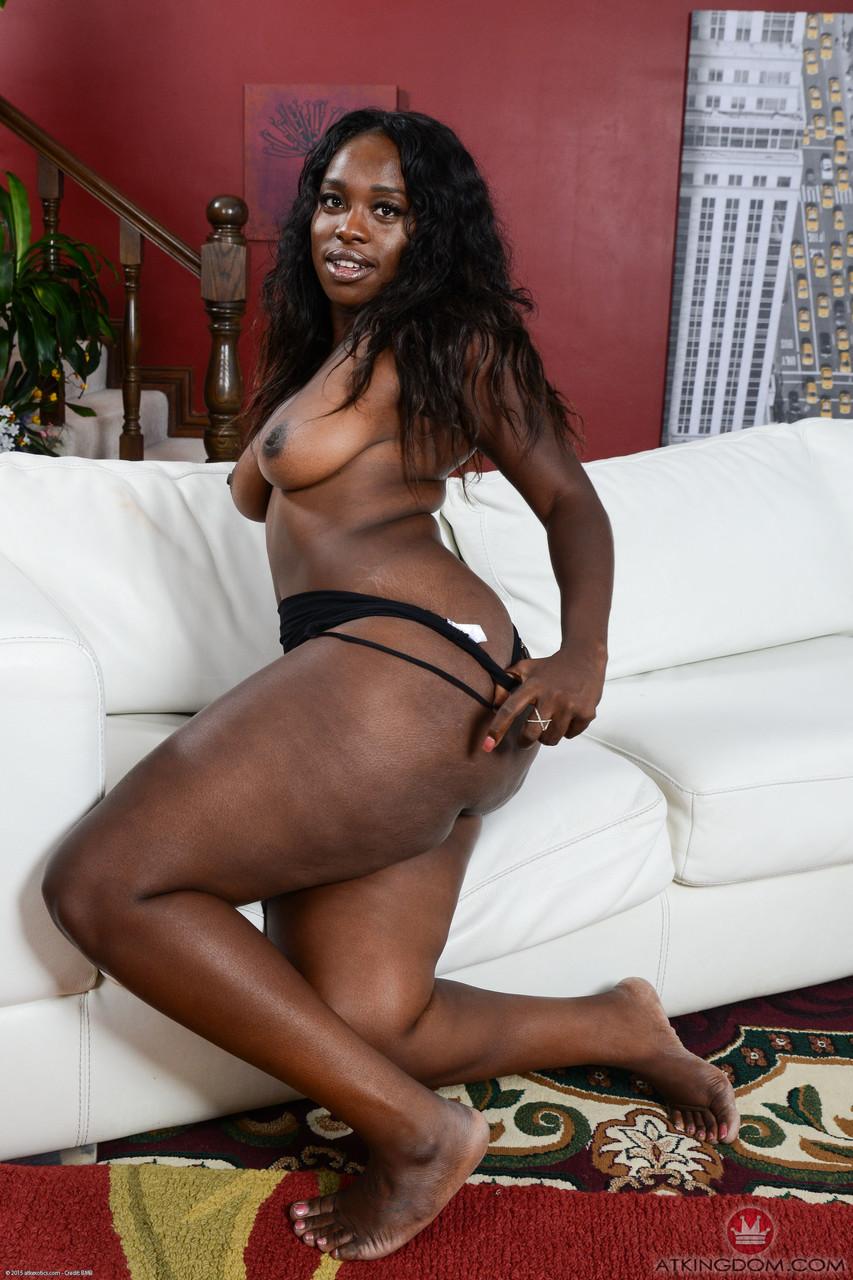 Шоколадная матура позирует неглиже на белом диване. Фото - 7