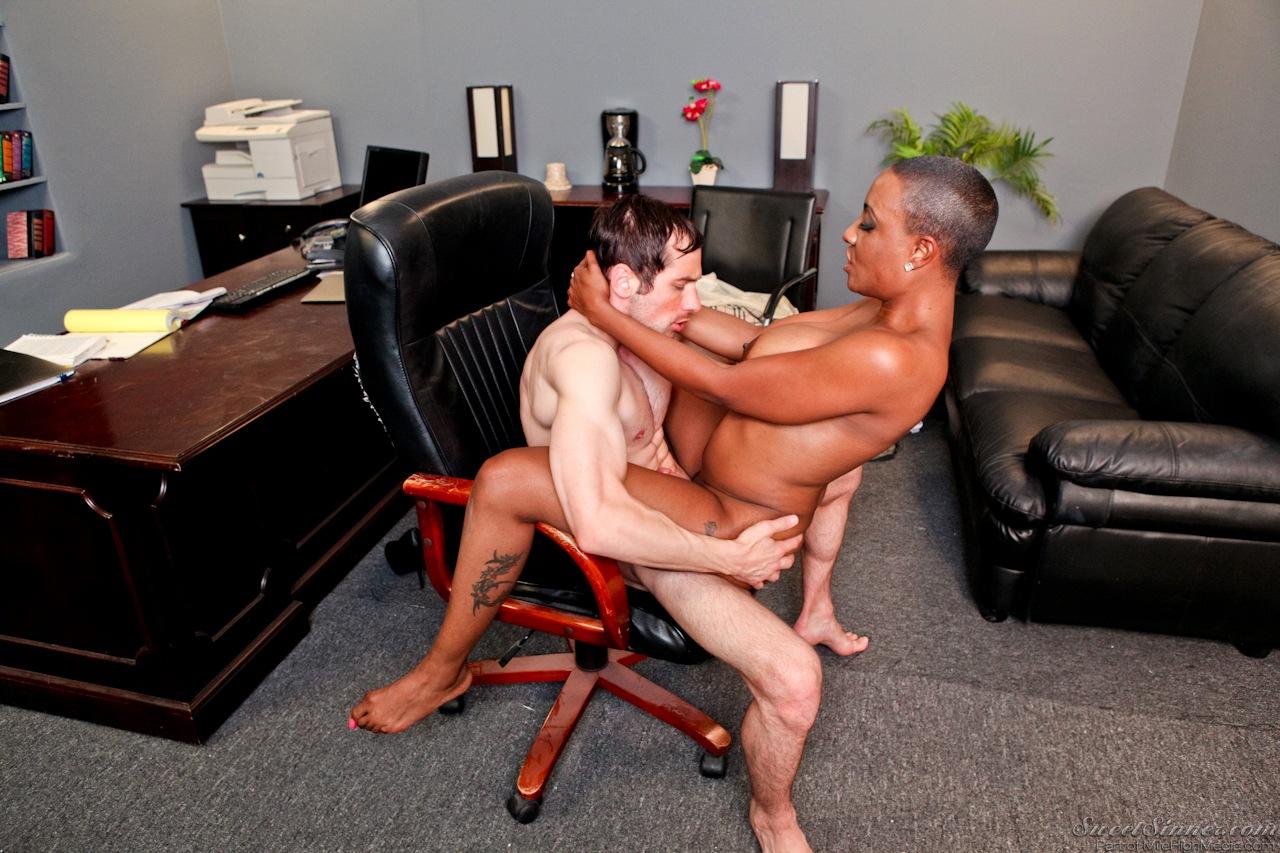 Татуированный ебака залез на зрелую лысую негритоску в кабинете. Фото - 9