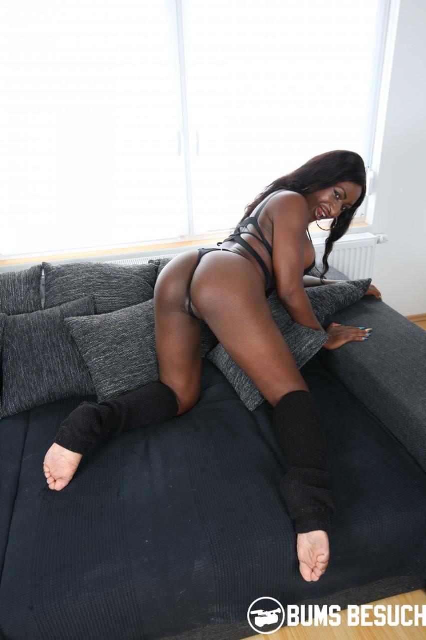 Белый ебарь сексует шоколадную сучку. Фото - 15