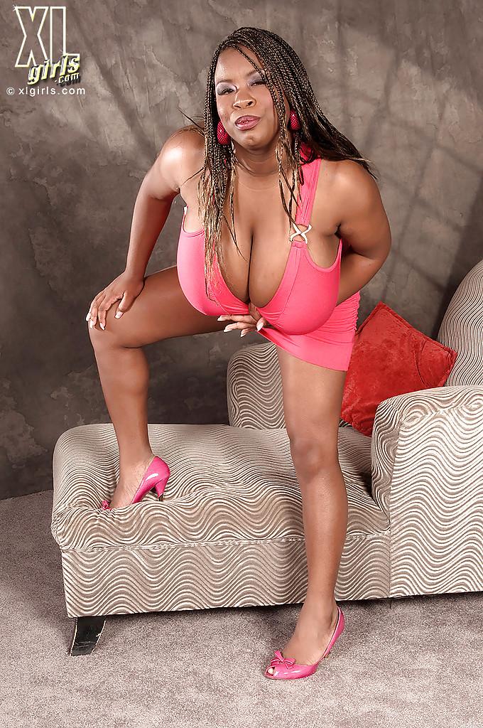 Негритянка устроила показ буферов большого размера
