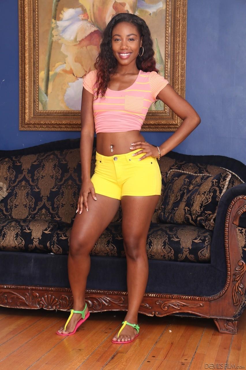 Молодая негритоска с голой пиздой в гостиной