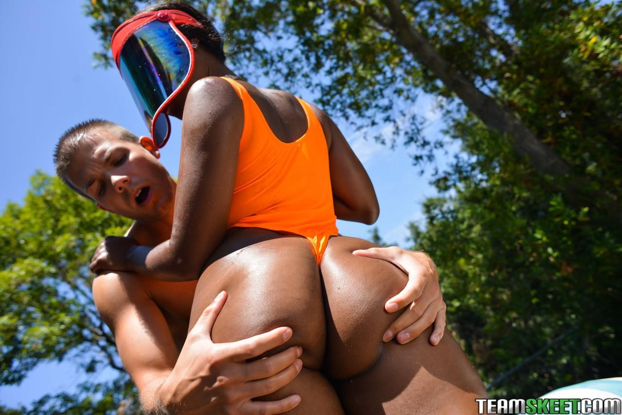 Ебалка молодчика с чернокожей самкой на шезлонге
