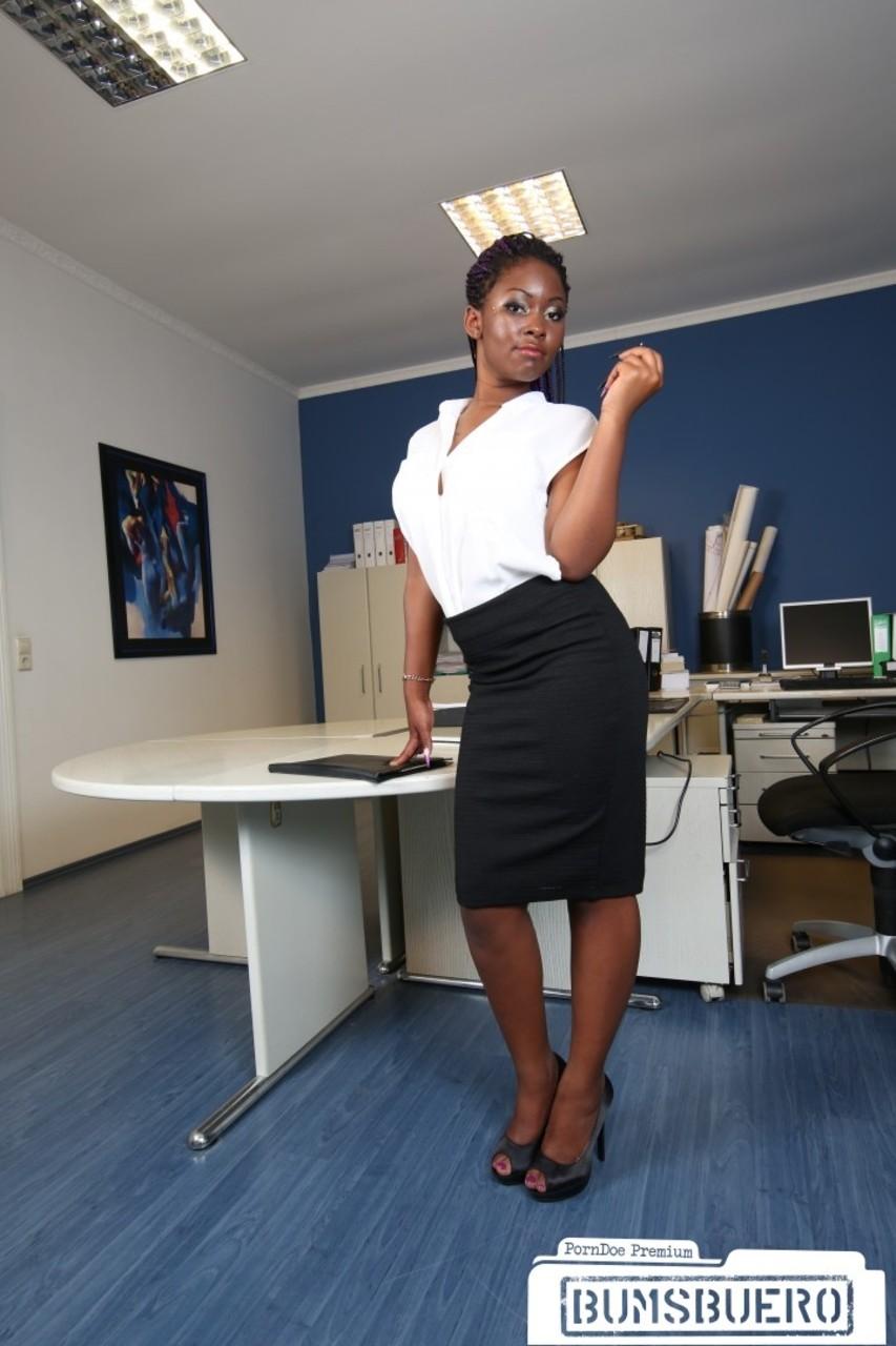 Стриптиз шоколадной секретарши в офисе