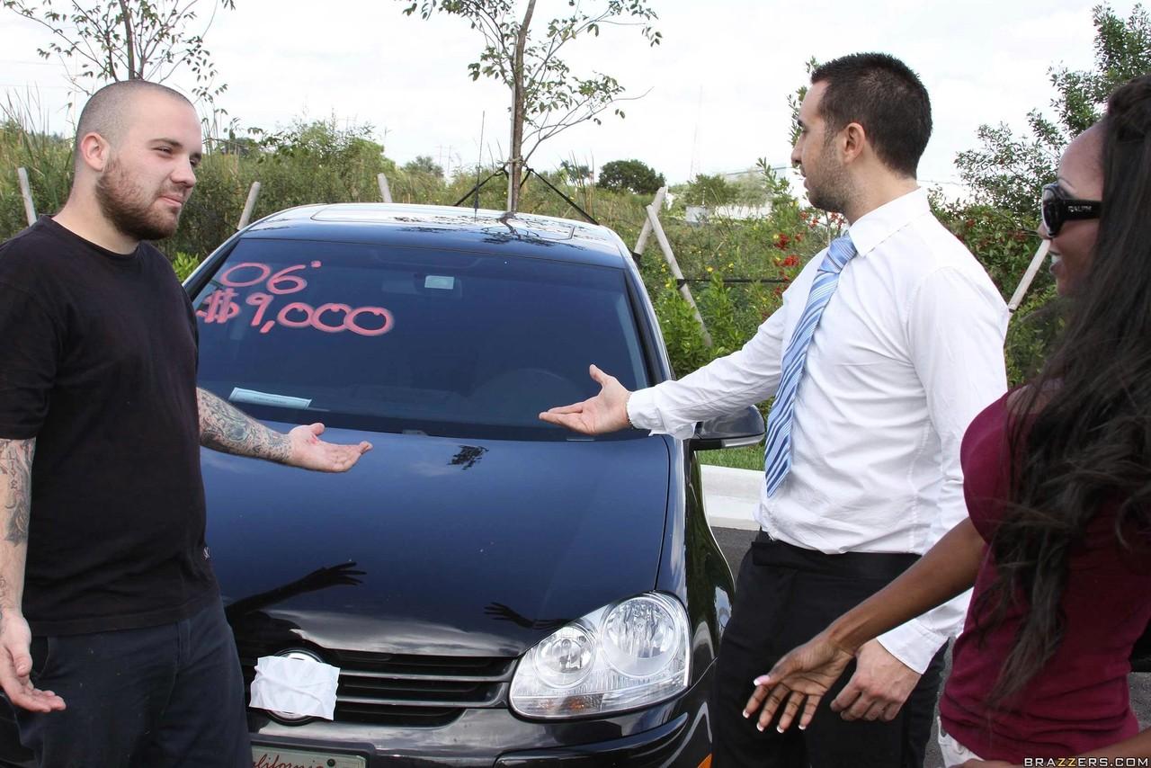 Черная шлюха против продавца машин