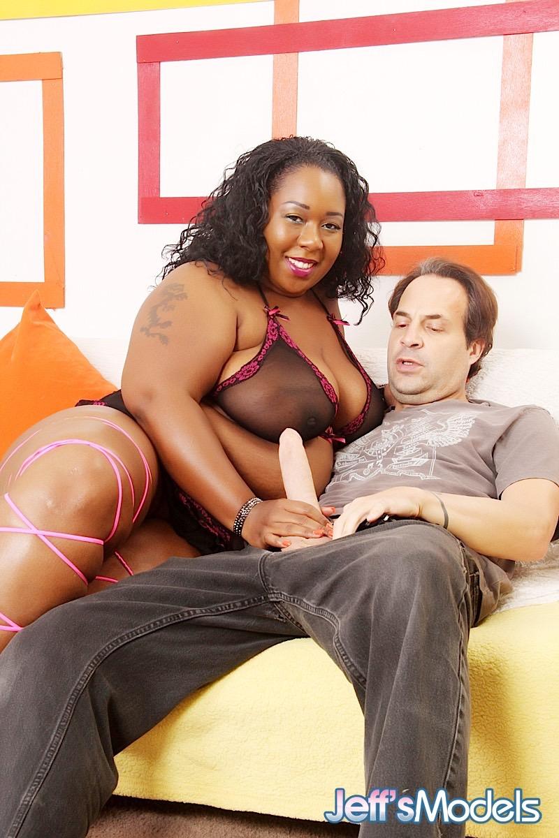 Мужик и ожиревшая негра занялись любовью