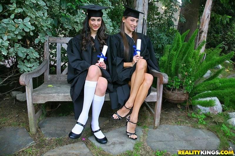 Студентки отмечают выпускной кунилингусами