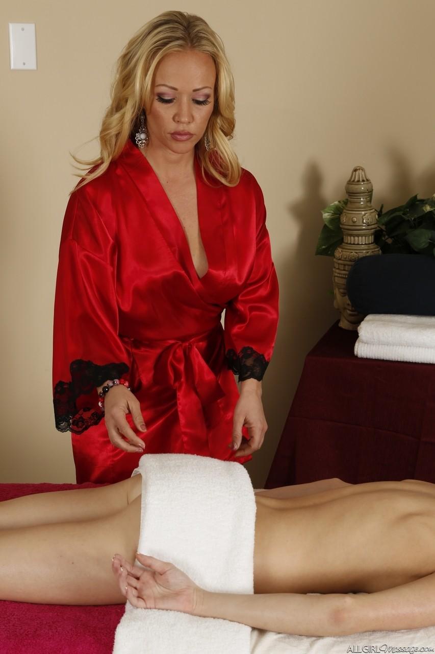 Зрелая массажистка увидела прелести у телки и захотела секса с ней. Фото - 3