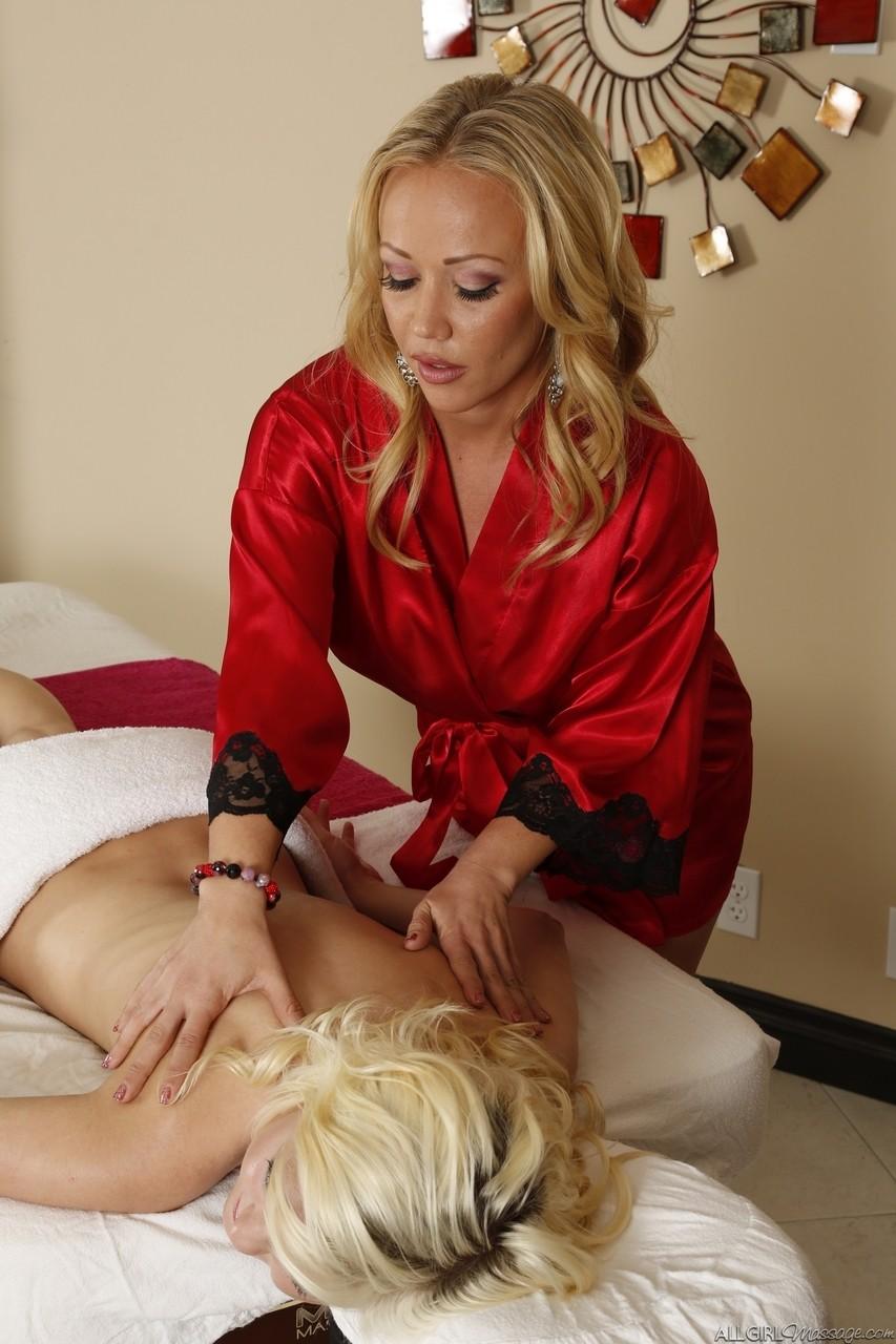 Зрелая массажистка увидела прелести у телки и захотела секса с ней. Фото - 4